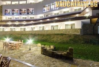 """Септемврийски празници в Трявна ! 2, 3 или 4 нощувки със закуски, празнична вечеря и позлване на вътрешен басейн от хотел """"Калина Палас"""""""