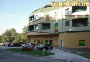 Нощувка + ползване на външно джакузи с топла минерална вода, детска площатка и сауна от хотел Детелина, Хисаря