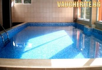 Нощувка + ползване на външен горещ басейн, джакузи и фитнес от комплекс Езерото, Костенец