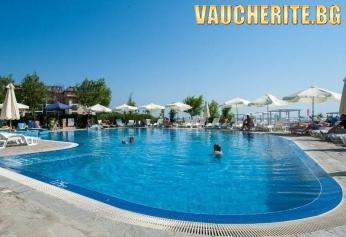 Нощувка на база All inclusive, ползване на външен басейн, чадъри и шезлонги край басейна +  паркинг от хотел Оазис дел Маре, Лозенец.