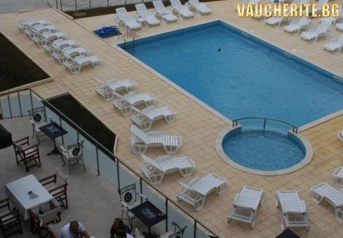 Нощувка със закуска и вечеря + ползване на басейн, чадър и шезлонг на басейна от хотел Марая, Царево