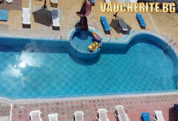 Нощувка със закуска и вечеря + ползване на басейн, чадър и шезлонг от хотел Хит, Равда