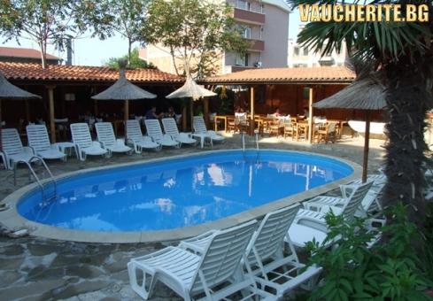Нощувка със закуска + ползване на открит басейн, шезлонг и чадър от хотел Тропикана, Равда