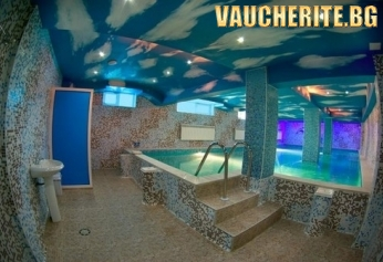 Нощувка със закуска, вечеря + ПОЛЗВАНЕ НА 2 закрити топли минерални басейна с джакузи, открит целогодишен минерален басейн, външно джакузи + СПА зона от хотел Аура