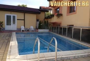 Нощувка със закуска + ползване на топъл външен басейн от Семеен хотел ''Далиа'', Велинград