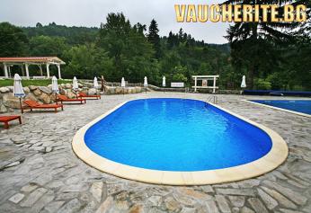 Нощувка + ползване на вътрешен и външен горещ басейн, джакузи и фитнес от комплекс Езерото, Костенец