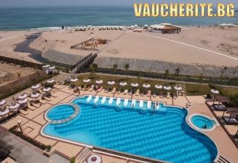 Нощувка със закуска + ползване на външен басейн, чадър и шезлонг на плажа и басейна, интернет и паркинг от хотел Оазис Бийч Клуб, Лозенец