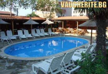 Нощувка със закуска + ползване на открит басейн, шезлонг и чадър около басейна от хотел Тропикана, Равда