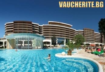Нощувка със закуска или закуска и вечеря + ползване на вътрешен и външен басейн, чадър и 2 шезлонга на плажа и безплатен интернет от хотел Фламинго Гранд 5*, Албена