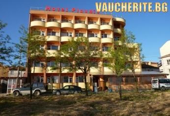 Нощувка със закуска и вечеря + ползване на басейн от хотел Пловдив, Приморско