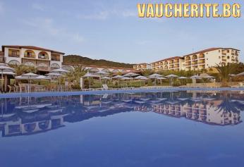 На първа линия в Гърция! 3 нощувки на база All Inclusive + ползване на басейн, чадъри и шезлонги на плажа, детски басейн и паркинг от Akrathos Hotel 4*, Халкидики