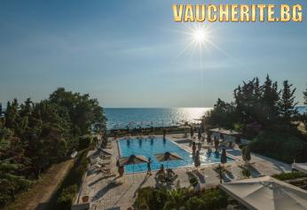 Лято на първа линия в Халкидики! 5 нощувки със закуски и вечери + ползване на открит и закрит басейн, детски басейн, чадъри и шезлонги на плажа, паркинг и интернет от хотел Kassandra Mare Hotel 3*