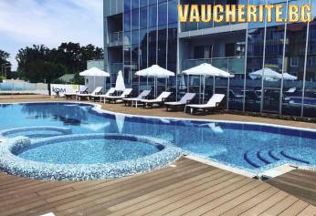 Нощувка със закуска и вечеря + ползване на външен басейн, чадър и шезлонг край него, сауна, фитнес и паркинг от хотел Додо Бийч, Китен