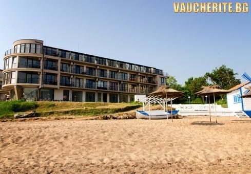 На първа линия в Черноморец! Нощувка със закуска и вечеря + ползване на собствен плаж с чадъри и шезлонги, интернет и паркинг от хотел Лост Сити