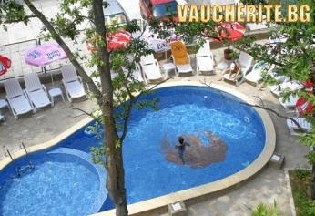 Нощувка със закуска + ползване на басейн с чадър и шезлонг и интернет от хотел Феникс, Китен