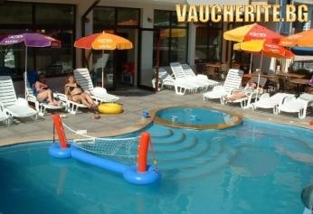 Нощувка + ползване на басейн с шезлонги, детски басейн, безжичен интернет и спортни уреди от хотел Хармани, Китен