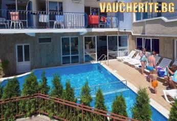 Нощувка на база All Inclusive Light и БОНУС дете до 13,99г БЕЗПЛАТНО + ползване на басейн, собствен пясъчен плаж с чадър и шезлонг и напитки от бар на плажа от хотел Елвира, Равда