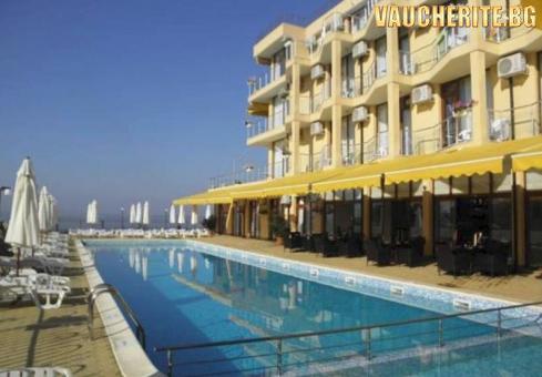 Нощувка на база All Inclusive + ползване на басейн с чадъри и шезлонги и интернет от хотел Делфин, Равда