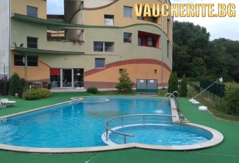 Нощувка + ползване на външен басейн, външно джакузи с топла минерална вода и сауна от хотел Детелина, Хисаря