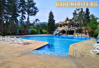 Нощувка със закуска и вечеря + ползване на вътрешен и външни целогодишени минералени басейни и джакузи, сауна и парна баня от СПА хотел Двореца, Велинград