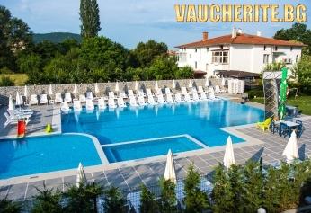 Нощувка + сезонен басейн, безплатен паркинг и интернет от хотел Хелоу Хисар, Хисаря
