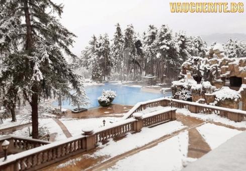Нощувка със закуска и вечеря + ползване на вътрешен и външни целогодишени минерални басейни и джакузи, сауна и парна баня от СПА хотел Двореца, Велинград