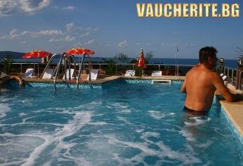 Закуска и вечеря + панорамен басейн с шезлонг и чадър от хотел Русалка, Китен