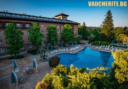 Закуска + външен и вътрешен басейн с минерална вода, сауна, парна баня и джакузи от СПА хотел Двореца 5* , Велинград