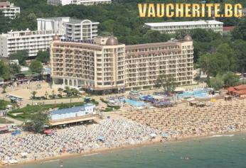 LAST MINUTE до 31.08.2020г. Закуска и вечеря + вътрешен и външен басейн, шезлонги и чадъри на плажа от хотел Адмирал, Златни пясъци