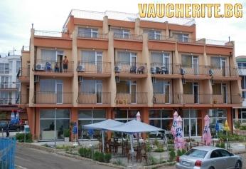 Закуски и вечери или закуски, обеди и вечери + интернет от хотел Германа Бийч, на 40м. от плажа в Равда