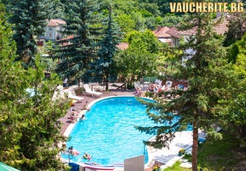 Закуска или All Inclusive + вътрешен и външен басейн с МИНЕРАЛНА ВОДА, сауна и паркинг от хотел Виталис, с. Пчелин