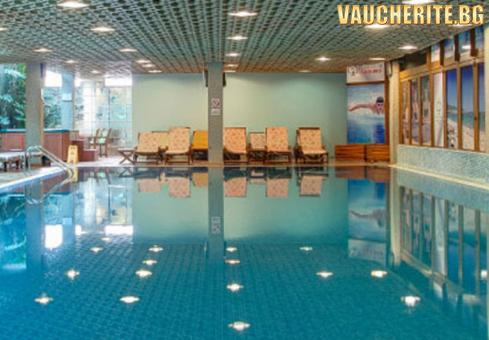 Закуска и вечеря + вътрешен басейн, СПА център и транспорт до начална станция на лифта от Платинум хотел и Казино, Банско