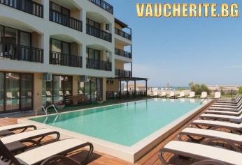 Нощувка + басейн, чадъри и шезлонги край басейна, паркинг и интернет от хотел Оазис дел Сол, Лозенец