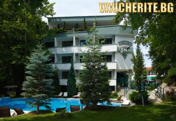 Закуска и вечеря + външен басейн с шезлонг, детски кът и интернет от хотел Елмар, Китен