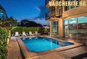 Нощувка + открит басейн, шезлонг и паркинг от хотел Ривиера, на 50м от плажа в Несебър