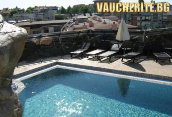 Закуска + панорамен открит басейн с джакузи от хотел Мариета Палас, Несебър