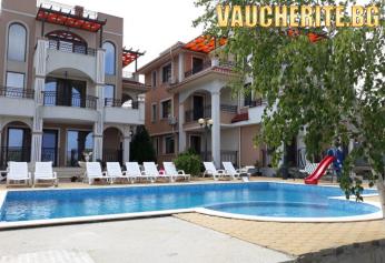Нощувка + басейн от хотел Брилянт, Черноморец на метри от плажа