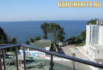 Нощувка + интернет от хотел Емералд, на метри от южния плаж в Китен