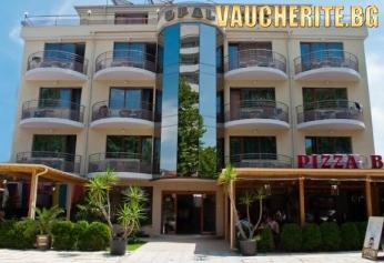 Закуска или закуска и вечеря + басейн от хотел Опал, на 100м от плажа в Приморско