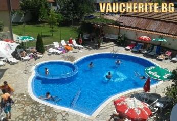 Нощувка + басейн, интернет и паркинг от хотел Свети Георги, на 150м от плажа в Лозенец