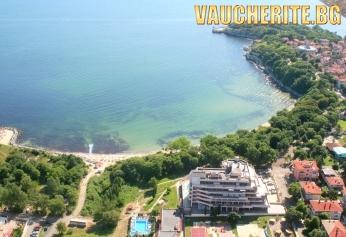 Закуска + външен басейн, детска стая, интернет и паркинг от хотел Врис, Царево на метри от плажа