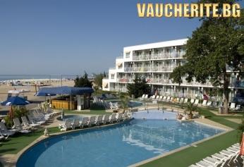 Закуска или закуска и вечеря + външен басейн, чадър и 2 шезлонга НА ПЛАЖА от хотел Калиопа 3*, НА ПЪРВА ЛИНИЯ в Албена