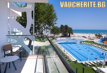 Закуска + басейни, чадър и 2 шезлонга НА ПЛАЖА от хотел Маритим Парадайс Блу, НА ПЪРВА ЛИНИЯ в Албена