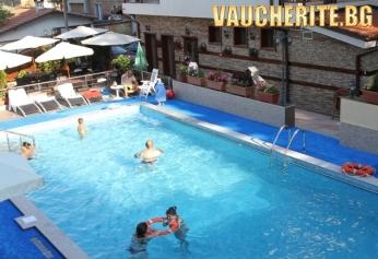 Закуска + открит и закрит басейн с минерална вода, сауна и парна баня от хотел Аквилон Резиденс, с. Баня