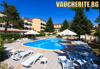Закуска + басейн с чадър и шезлонг, фитнес и интернет от хотел Наслада, Балчик, на 400м от плажа