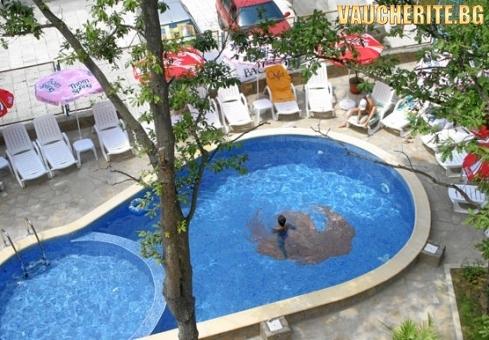 Закуска и вечеря или закуска, обяд и вечеря + басейн, интернет и паркинг от хотел Феникс, Китен